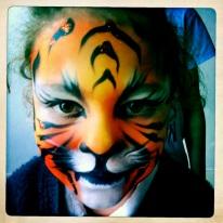 Réalisation du face painting . Animation maquillage artistique enfant.